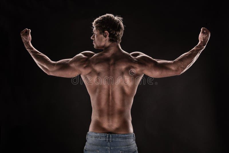 Modèle sportif fort de forme physique d'homme photo stock