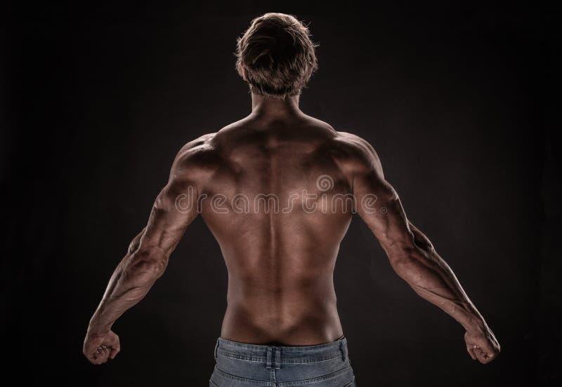 Modèle sportif fort de forme physique d'homme image stock