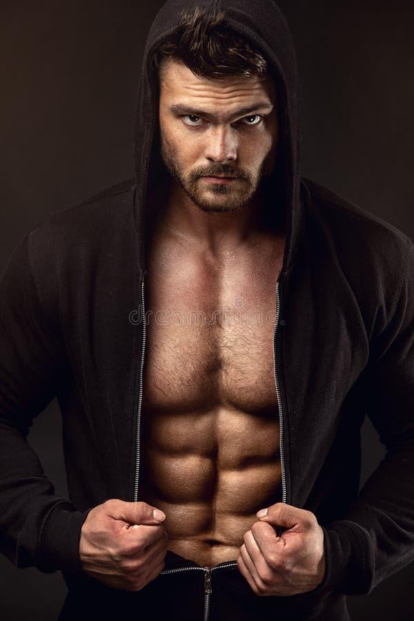 Modèle sportif fort Torso de forme physique d'homme montrant de grands muscles photographie stock