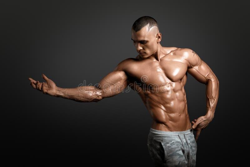 Modèle sportif fort Torso de forme physique d'homme montrant de grands muscles photo stock