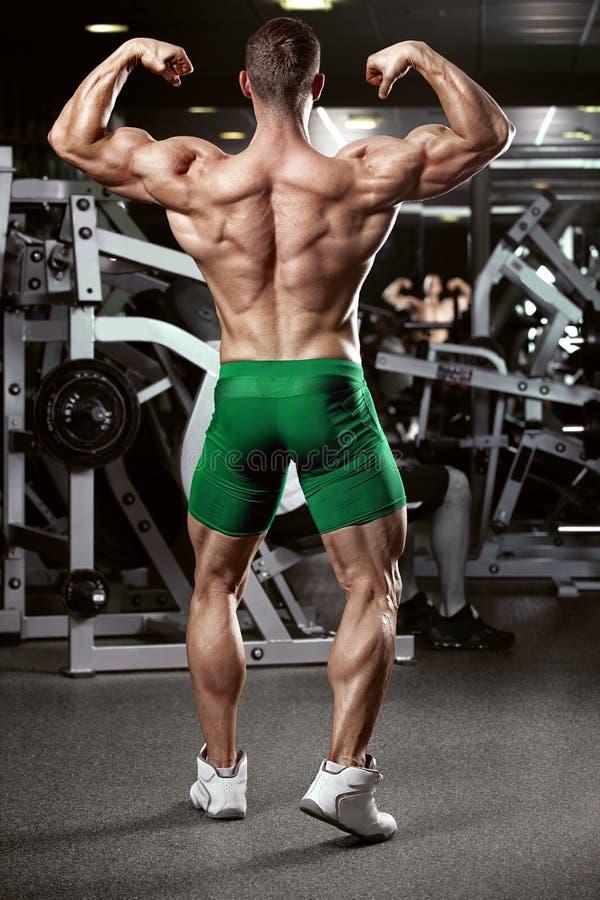Modèle sportif fort Torso de forme physique d'homme montrant des muscles photo libre de droits