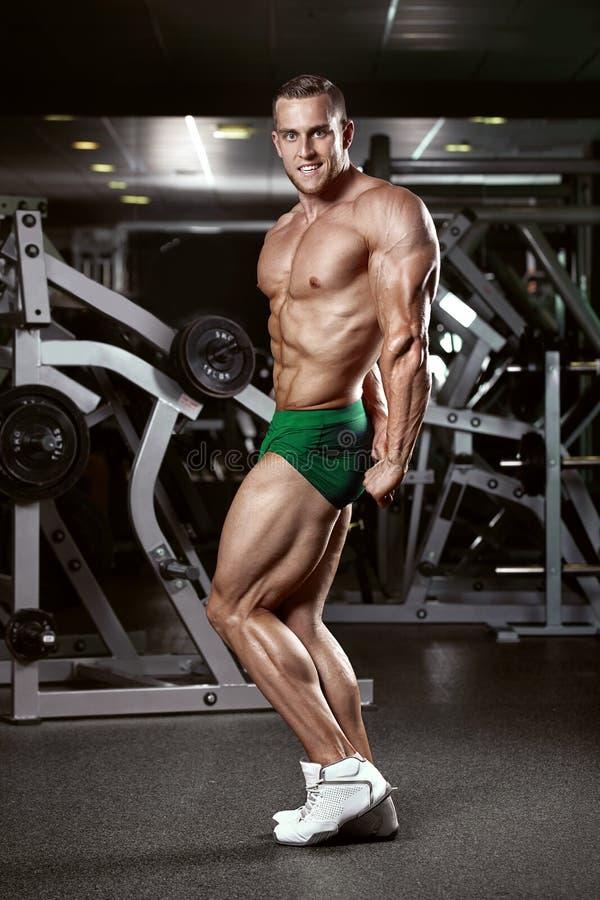 Modèle sportif fort Torso de forme physique d'homme montrant des muscles photographie stock libre de droits