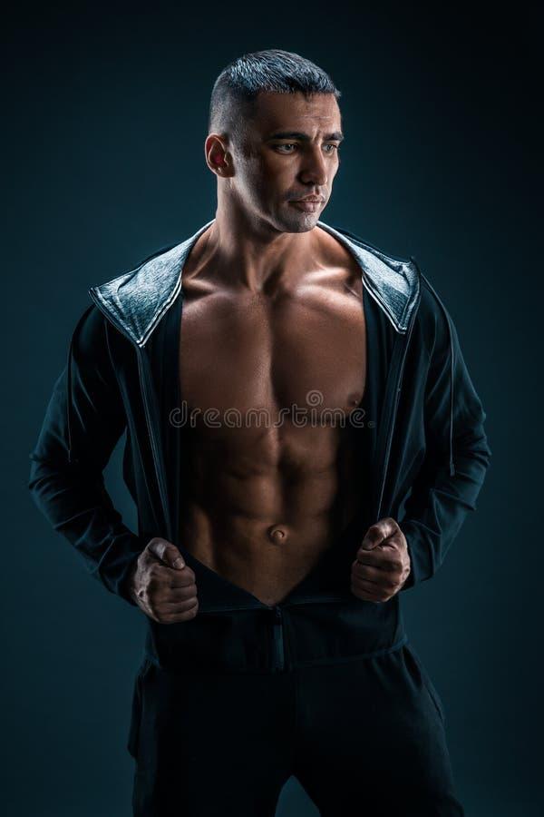 Modèle sportif fort Torso de forme physique d'homme montrant six ABS de paquet photos stock