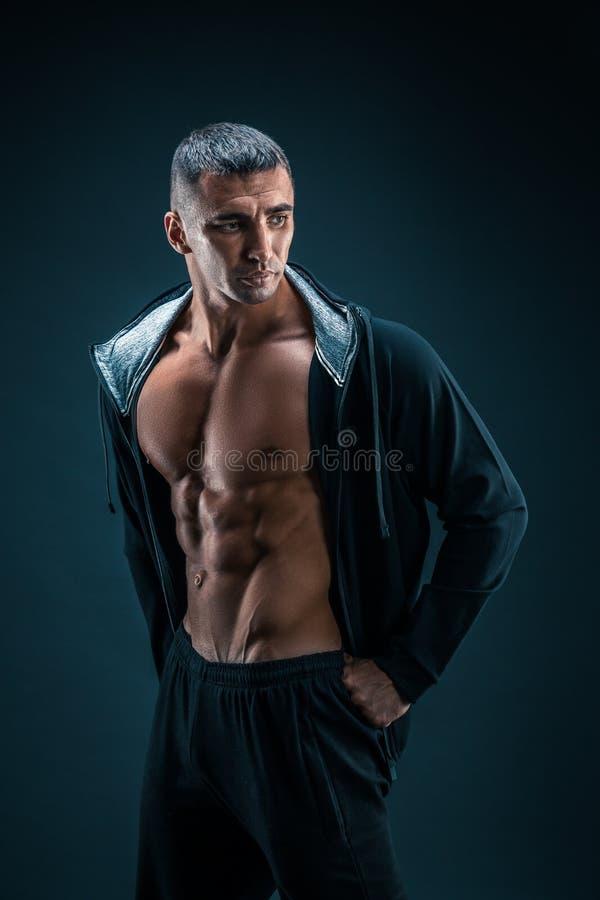 Modèle sportif fort Torso de forme physique d'homme montrant six ABS de paquet photo stock