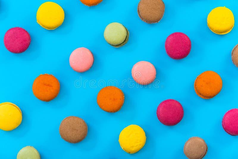 Modèle vibrant, macarons sur le fond lumineux photo libre de droits