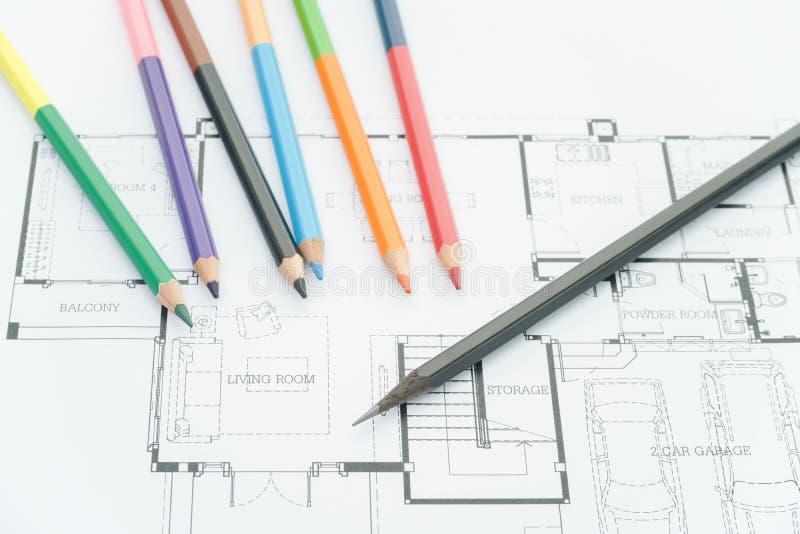 Modèles architecturaux, dessins architecturaux de la maison moderne avec des crayons de couleur Concept de décoration Concepteur  photographie stock