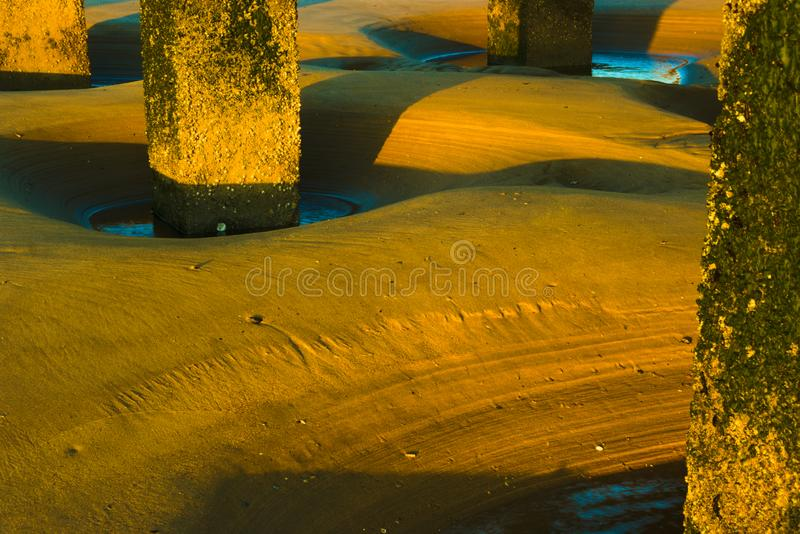 Modèles dans le sable autour de la structure en béton photos stock
