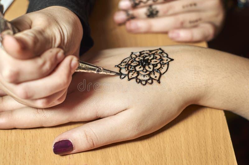 Modèles de dessin de fille par le henné sur les mains images libres de droits
