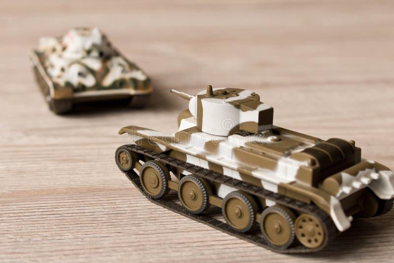 Modèles de jouet des réservoirs soviétiques sur une table en bois photographie stock