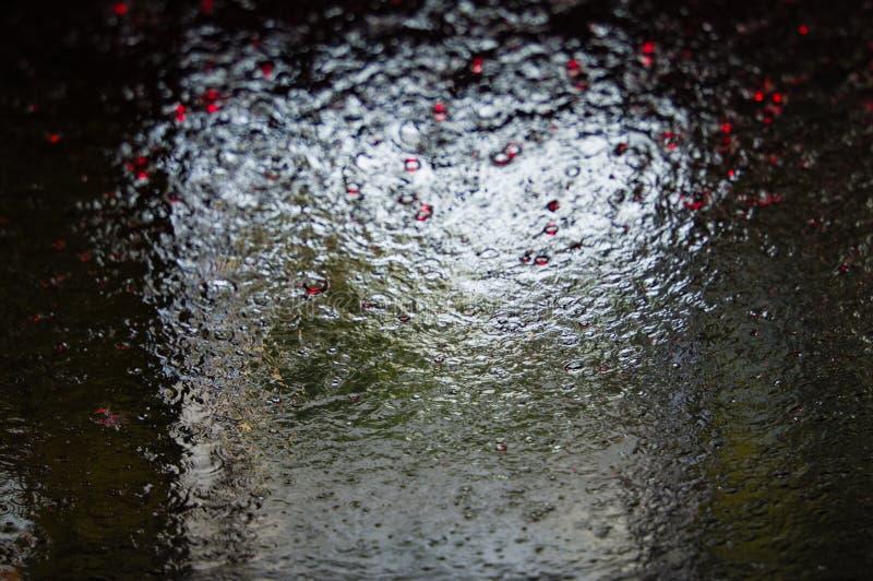 Modèles de l'eau fonctionnant en bas d'une fenêtre photographie stock libre de droits