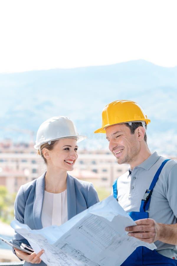 Modèles de lecture de directeur et de constructeur sur le chantier de construction photo libre de droits