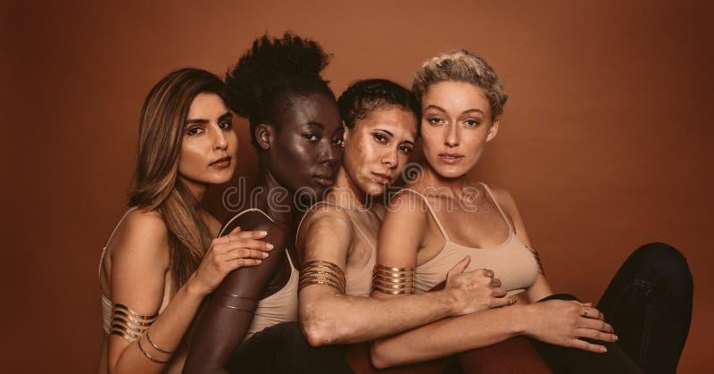 Modèles femelles avec différentes peaux photo libre de droits