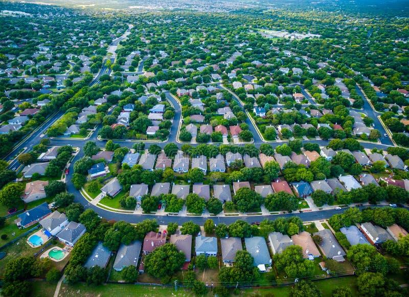 Modèles modernes de paysage d'été de courbes des maisons suburbaines de coucher du soleil d'architecture au nord d'Austin près de photo libre de droits