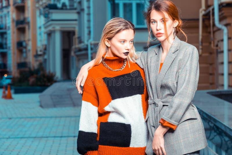 Modèles roux et blonds posant dehors pour le catalogue de mode image libre de droits