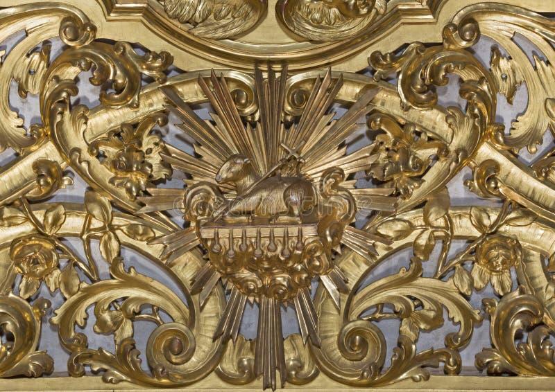 Modène - le soulagement polychrome baroque découpé sur l'autel avec l'agneau de Dieu dans le ceter dans l'église Chiesa di Sant B photos stock