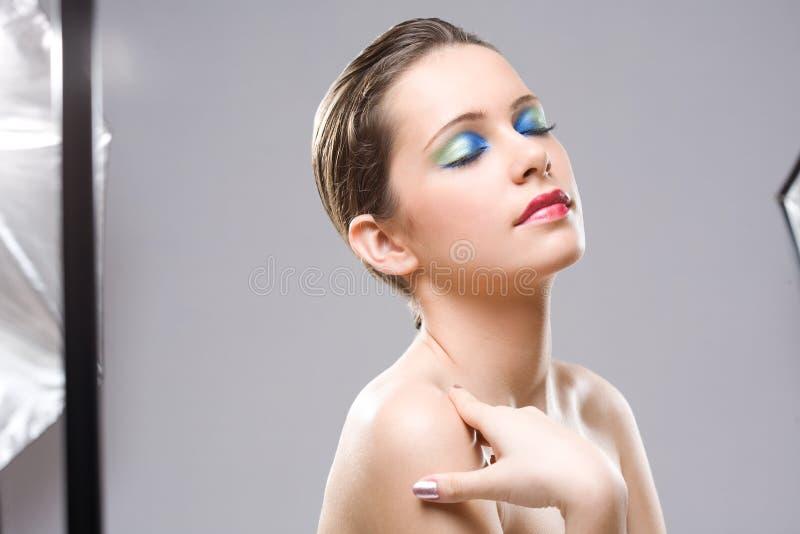 Modélisation pour la beauté tirée dans le studio. image stock