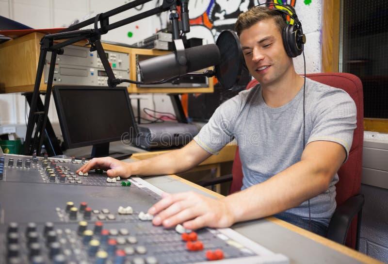 Modérer par radio heureux beau de centre serveur image stock