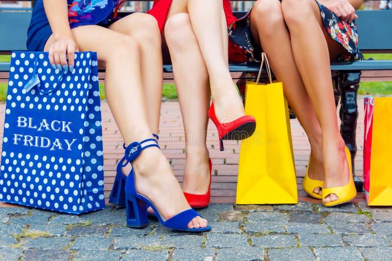 Mod kobiet żeńscy przyjaciele w zakupy centrum handlowym zdjęcie royalty free