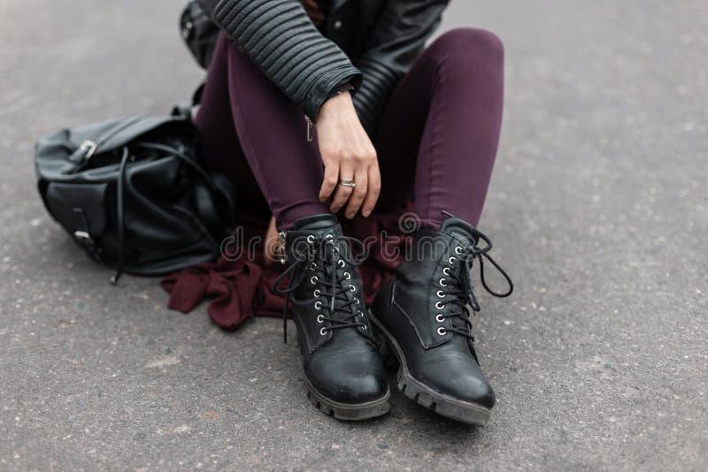 Mod kobiety odziewaj? Eleganccy kobiety ` s buty Przypadkowy projekt Ulica styl Zako?czenie ?e?skie nogi obraz royalty free