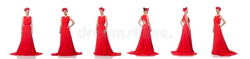 Mod?le assez caucasien dans la longue robe de soir?e rouge d'isolement sur le whi photos stock