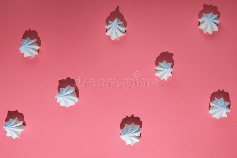 Mod?le de Minimalistic de meringue avec une ombre dure sur le fond color? images libres de droits