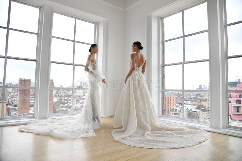 Mod?les posant pendant la pr?sentation nuptiale de mode d'Ines Di Santo Spring 2020 photo libre de droits