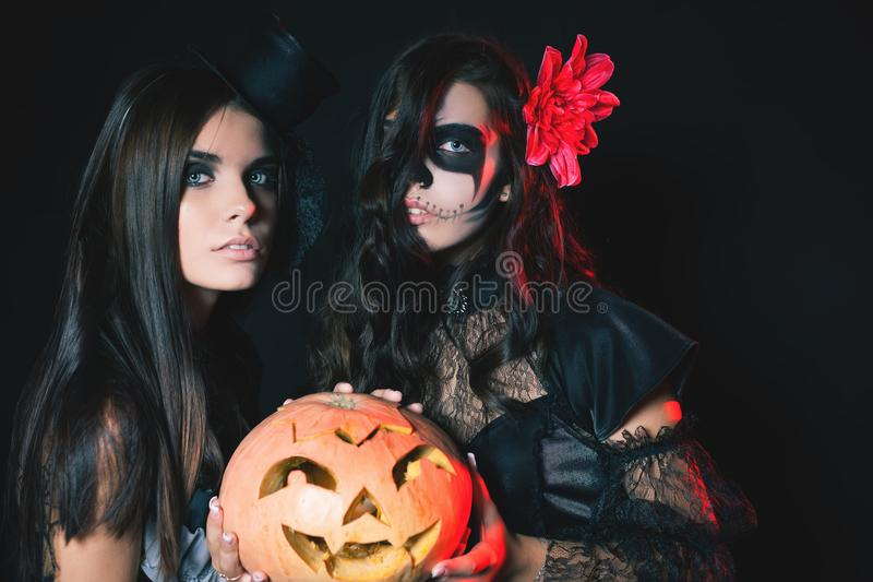 Mod młode kobiety iść Halloween przyjęcie 2017 zdjęcie stock