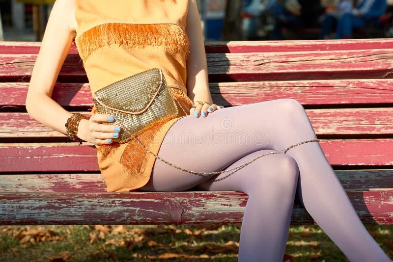 Mod miastowi ludzie, kobieta, plenerowa lifestyle fotografia royalty free
