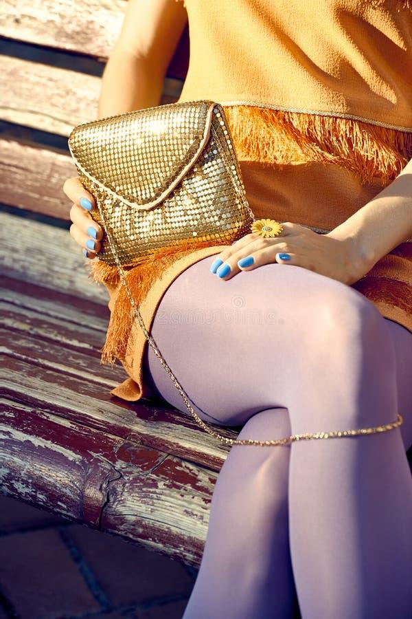 Mod miastowi ludzie, kobieta, plenerowa lifestyle zdjęcie royalty free