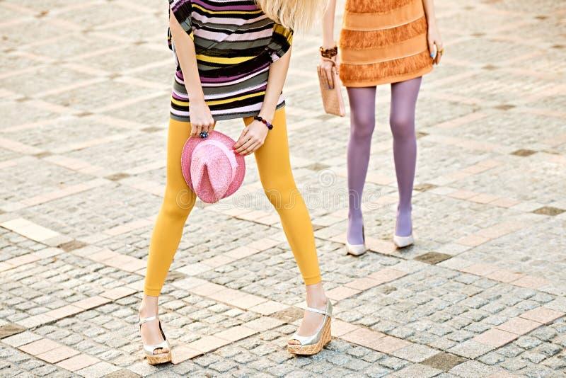 Mod miastowi ludzie, kobieta, plenerowa lifestyle zdjęcia stock