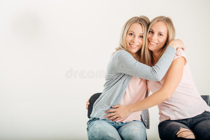 Moda Abrazo hermoso joven de la mujer imagen de archivo libre de regalías