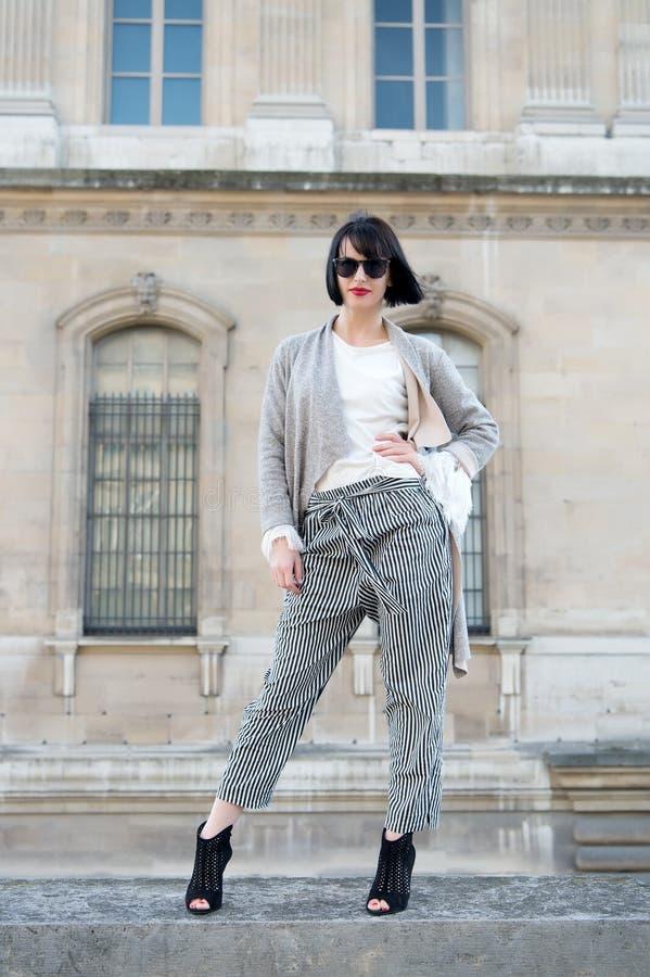 Moda, accesorio, voga Actitud sensual de la mujer en los tacones altos en París, Francia, moda Mujer con el pelo moreno, labios r fotografía de archivo