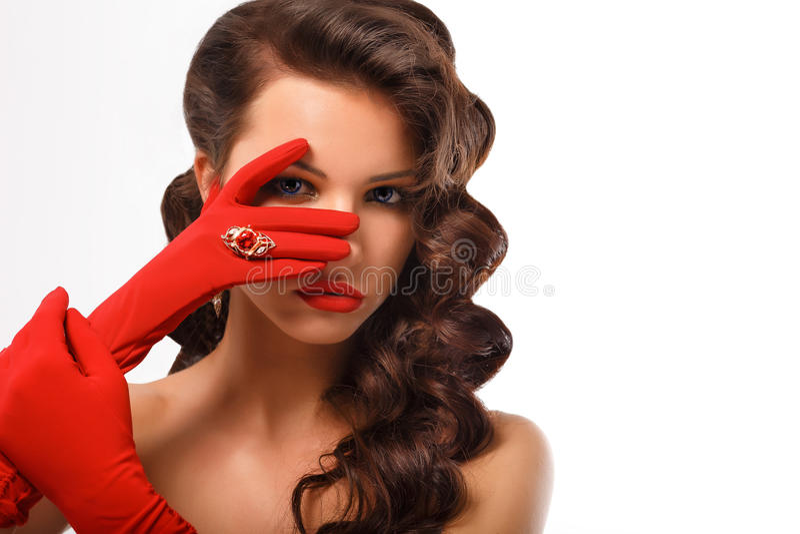 Moda aislada Girl Portrait modelo atractivo de la belleza Mujer misteriosa del estilo del vintage que lleva guantes rojos del enc foto de archivo