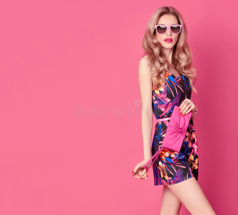 Moda blondynów model w lato kombinezonie na menchiach obrazy royalty free
