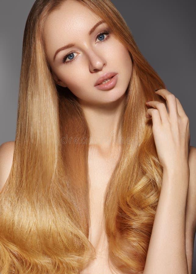 Moda długie włosy piękna blondynka dziewczyna Zdrowy prosty błyszczący włosiany styl Piękno kobiety model Gładka fryzura fotografia royalty free