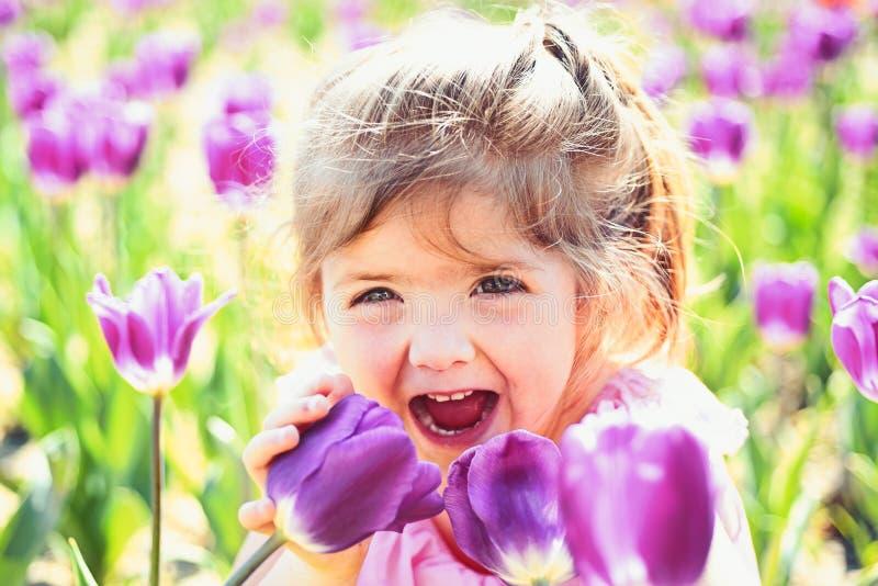 Moda de la muchacha del verano Ni?ez feliz Tulipanes de la primavera peque?o ni?o de la previsi?n metereol?gica Belleza natural E imagen de archivo libre de regalías
