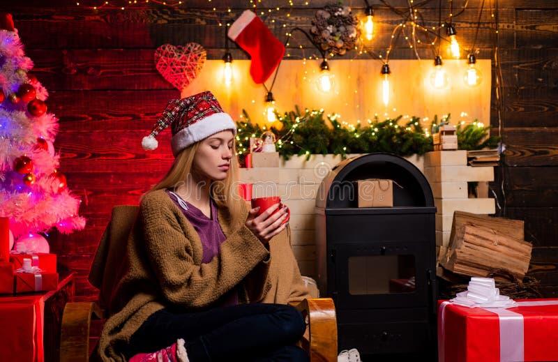 Moda de la Navidad Atmósfera casera de la Navidad Mujer hermosa de Papá Noel Retrato de una mujer sonriente joven lujo imagenes de archivo