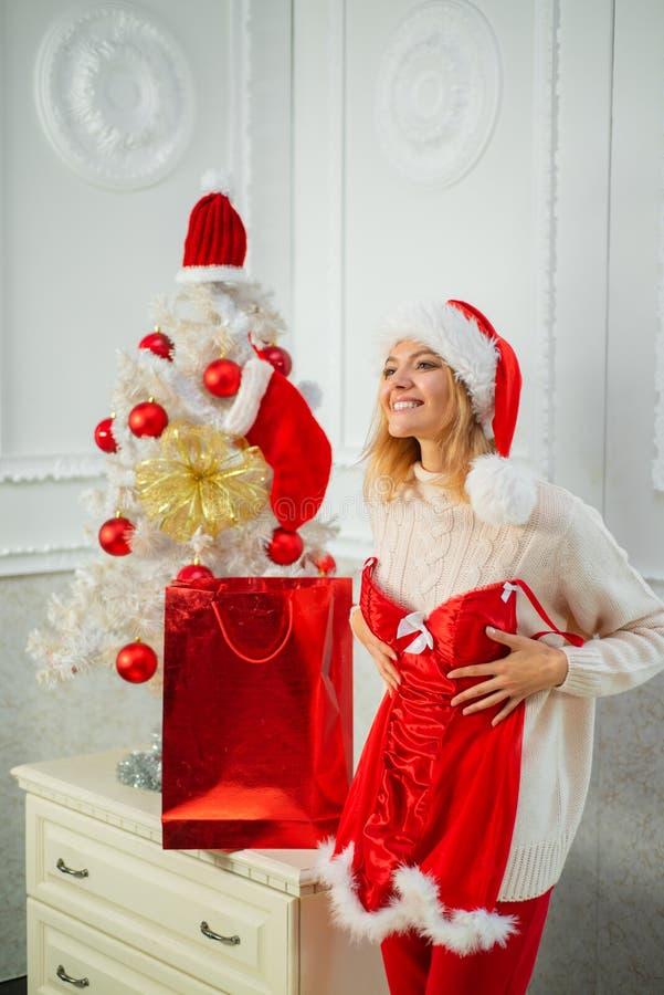 Moda de la Navidad de las mujeres Feliz Navidad y Feliz Año Nuevo Regalo de la Navidad Fiesta de Navidad La Navidad santa imagen de archivo libre de regalías