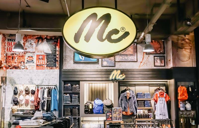 Moda de la ropa de Jean para los hombres y las mujeres en la tienda de Mc Por ejemplo la chaqueta, la camiseta, y otra de Jean foto de archivo