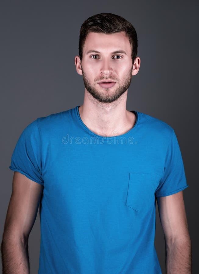 Moda del estudio tirada: retrato del hombre joven hermoso en camisa azul foto de archivo