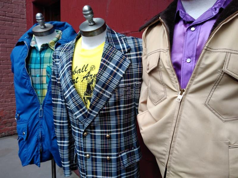 Moda del inconformista, vintage Men& x27; ropa de s diseñada en los maniquíes del vestido, formas del vestido, NYC, NY, los E.E.U fotos de archivo libres de regalías