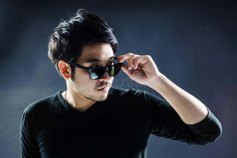 Moda del modelo del hombre joven de las gafas de sol fotos de archivo libres de regalías