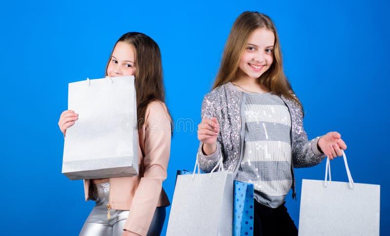 moda del ni?o Fondo para una tarjeta de la invitaci?n o una enhorabuena Hermandad y familia ahorros en compras Peque?as muchachas imágenes de archivo libres de regalías