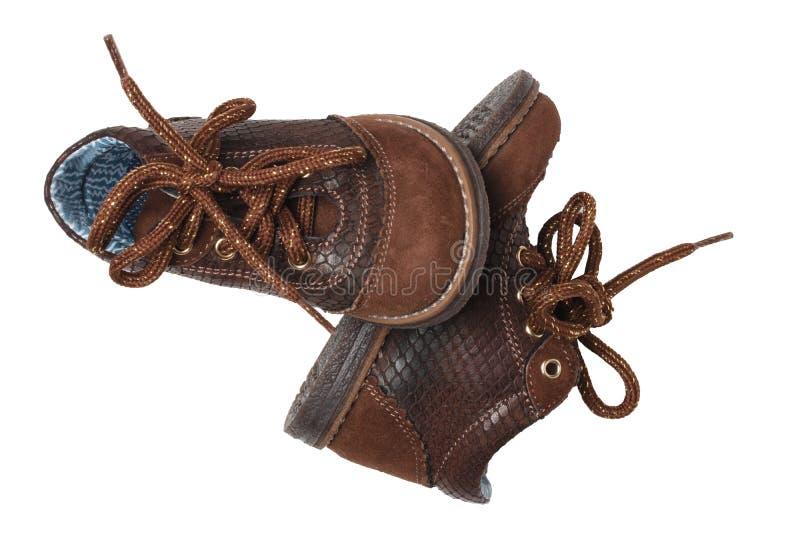 Moda del zapato del ni?o Un par de zapatos de cuero marrones elegantes con los cordones para los ni?os peque?os aislados sobre el foto de archivo libre de regalías