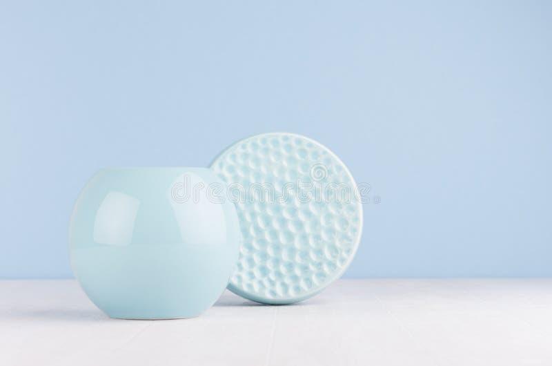 Moda domowy wystrój w nowożytnym eleganckim stylu - lekka miękka błękitna ceramiczna sfera i okrąg żebrujący rzucamy kulą na biał fotografia royalty free