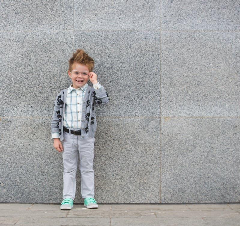 Moda dzieciak z szkłami blisko szarości ściany zdjęcia royalty free