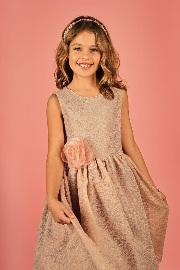 Moda dzieciaka modela fece zakończenie up Twarz żeński dzieciak z szczęśliwą emocją zdjęcie stock