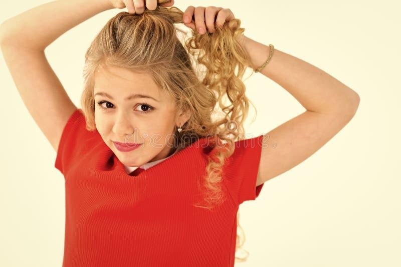 Moda dzieciaka modela fece zakończenie up Twarz żeński dzieciak z szczęśliwą emocją Portret piękna młoda kobieta w czerwieni zdjęcia royalty free