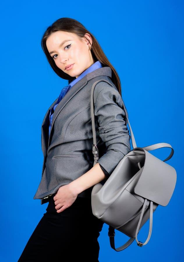 Moda femenina del bolso estudiante en ropa formal Estudiante Life Belleza elegante nerd Negocios Muchacha de Shool con la mochila foto de archivo libre de regalías