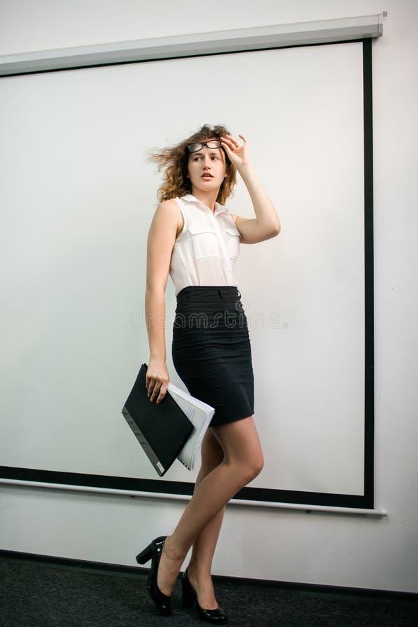Moda formal de la ropa de la mujer bonita de la oficina imágenes de archivo libres de regalías